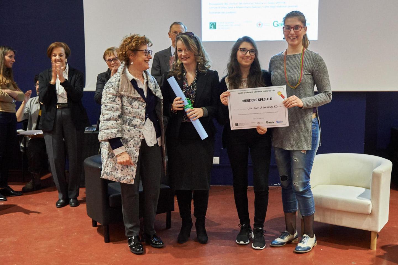 Cristiana Zanetti consegna la menzione speciale al liceo linguistico Primo Levi di San Donato Milanese