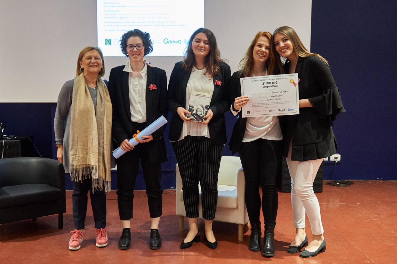 Franca Schiavon premia la II A del liceo classico Zucchi di Monza