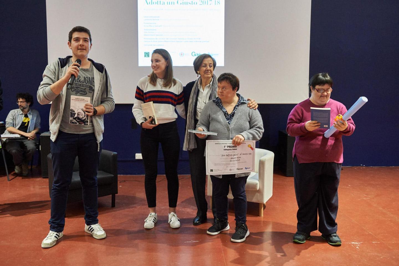 """Anna Maria Samuelli premia la III Cs del liceo scientifico GB Grassi di Saronno e i ragazzi del centro diurno disabili """"Il Faro"""" di Cogliate"""