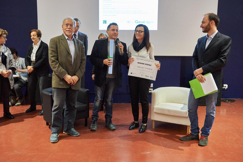 Salvatore Pennisi consegna la menzione speciale all'I.C. Rogasi di Pozzallo (RG)