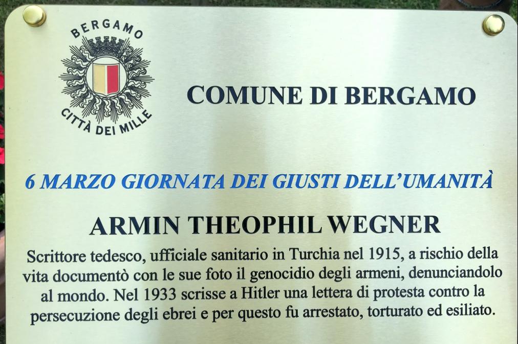 una targa per Armin Wegner al Giardino di Bergamo