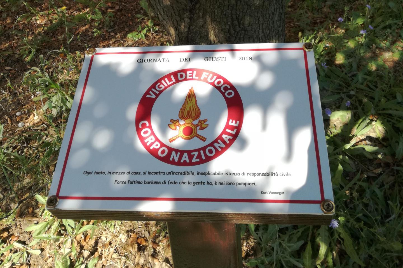 una targa per i Vigili del fuoco al Giardino di Falconara