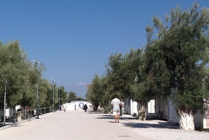Il viale di accesso al campo di Kara Tepe