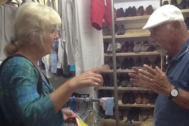 Campo di Pikpa, una volontaria mostra il registro dell'area indumenti da distribuire