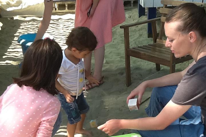 Campo Happy Family, le operatrici intrattengono i bambini