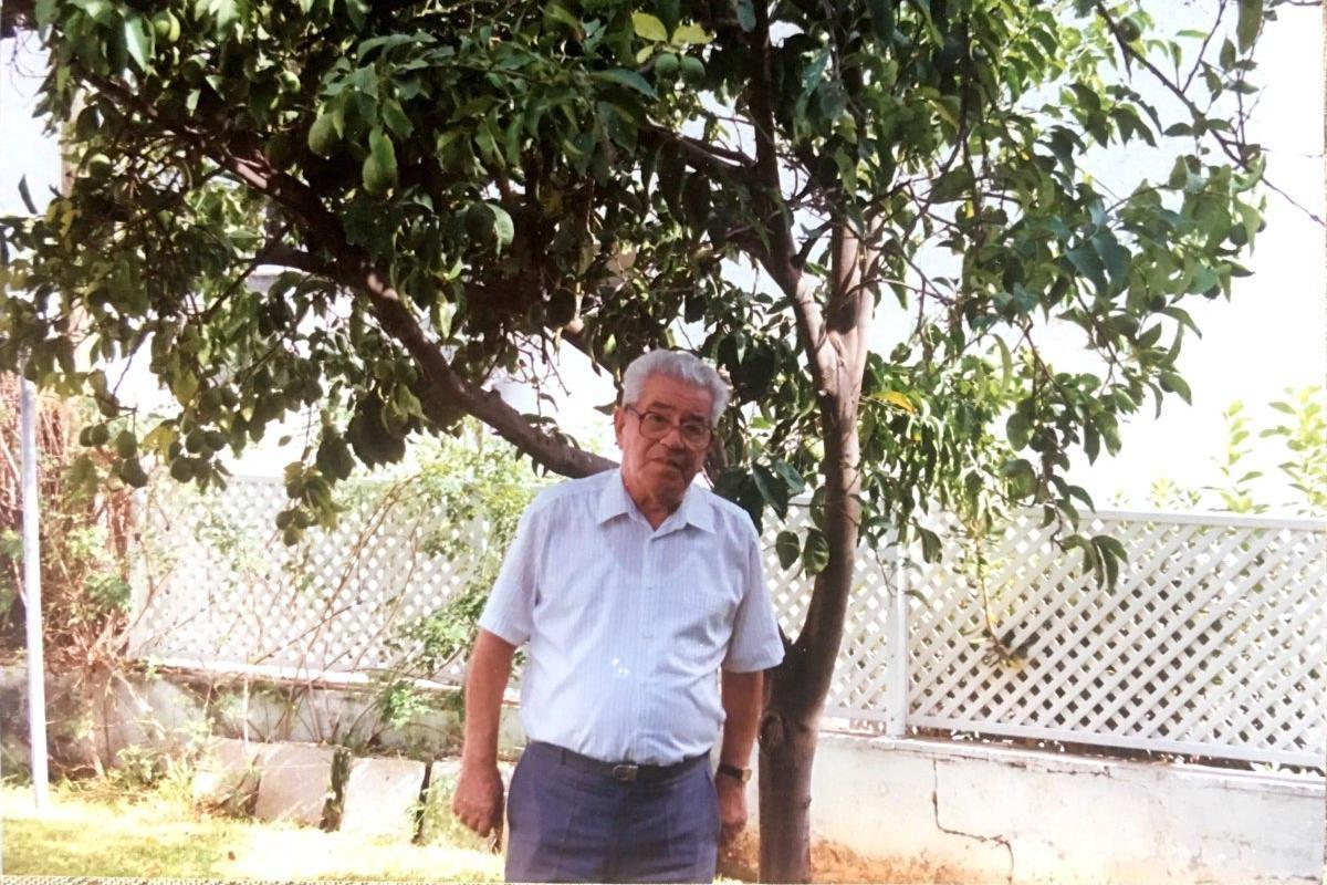 Moshe nel suo giardino con l'albero di limoni che vi ha piantato Oskar Schindler