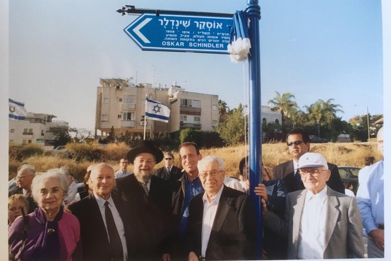 Moshe alla cerimonia di dedica di una strada di Tel Aviv a Oskar Schindler