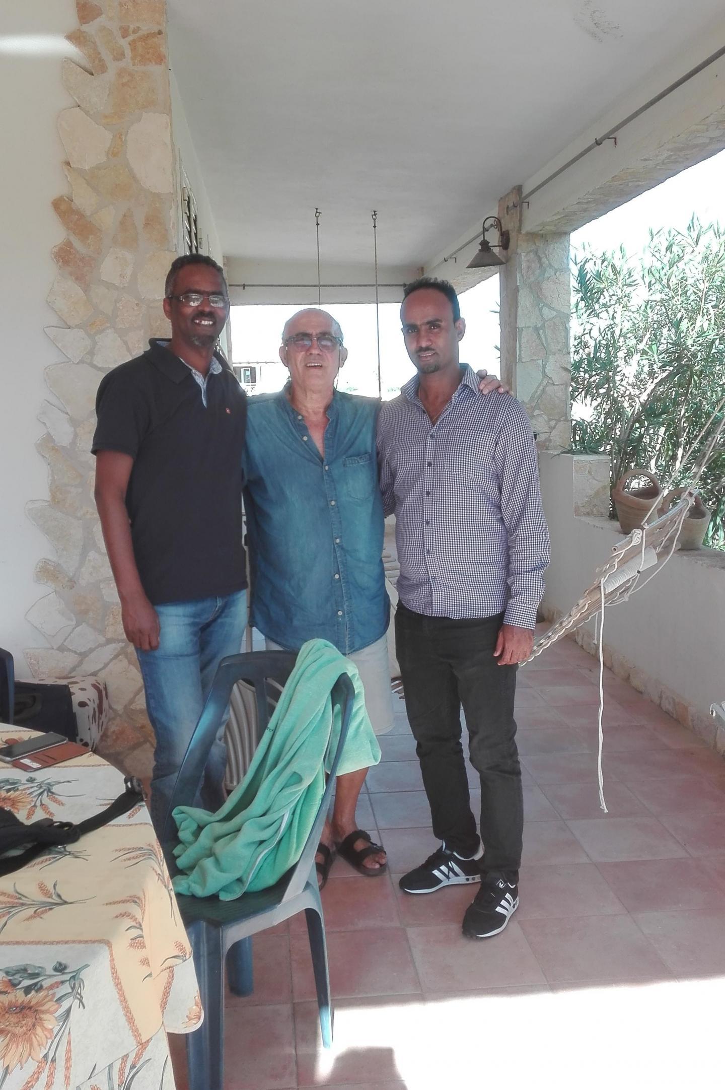 Vito Fiorino insieme a due ragazzi sopravvissuti al naufragio del 3 ottobre 2013