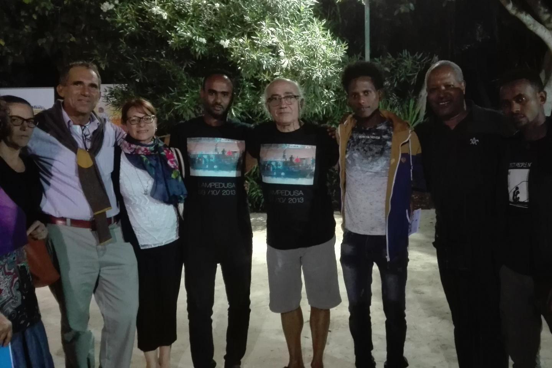 Foto di gruppo con altri ragazzi sopravvissuti