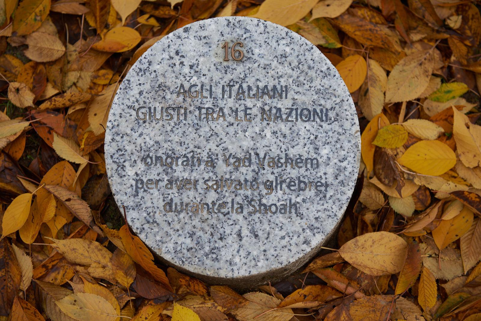 Il cippo dedicato agli italiani Giusti tra le Nazioni