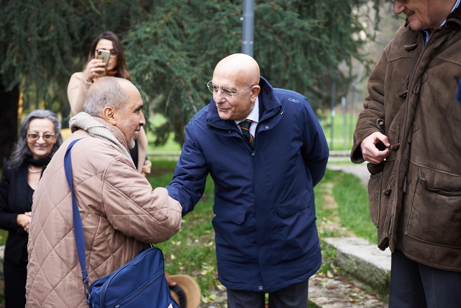 Gabriele Albertini, già sindaco di Milano, sostenitore nel 2003 della creazione del Giardino di Milano, con Mohamed Naceur ben Abdesslem, Giusto al Giardino di Milano