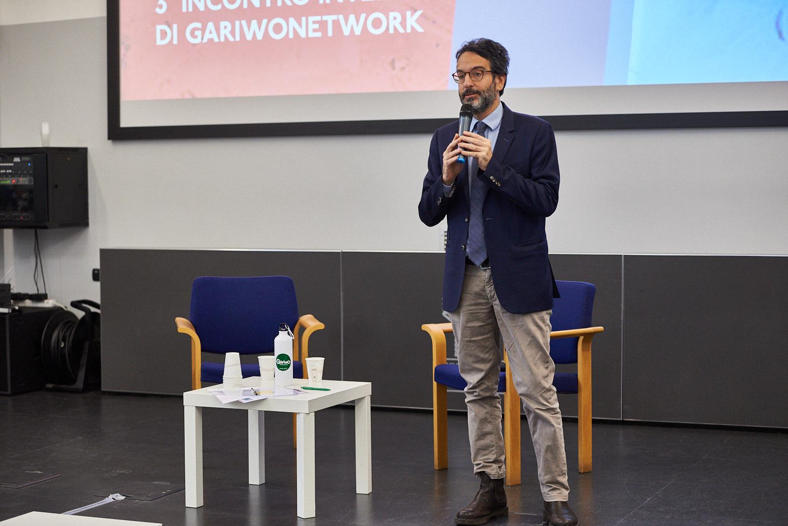 Lamberto Bertolé, presidente del Consiglio comunale di Milano, dà il via alla giornata