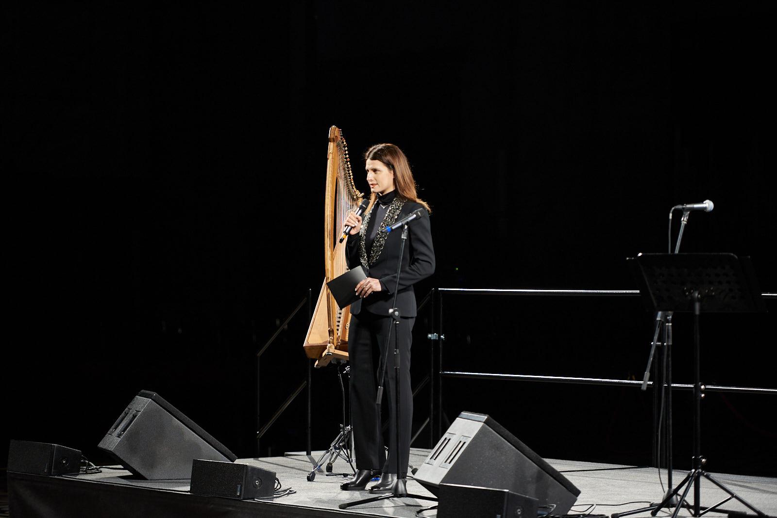 Introduce i brani Alice Farella Monti