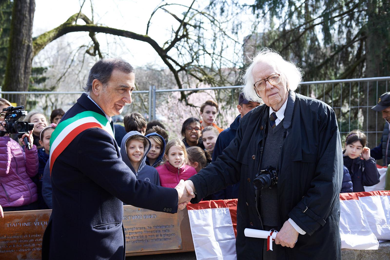 Istvan Bibo con Giuseppe Sala per lo scoprimento della targa dedicata a Bibo