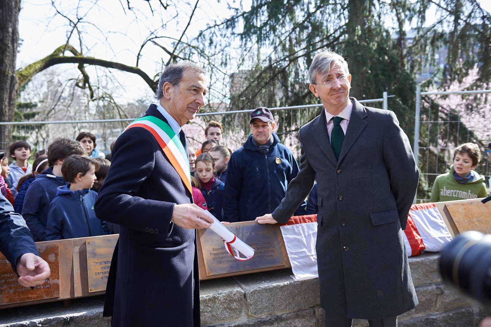 Cyrille Rogeau con Giuseppe Sala per lo scoprimento della targa dedicata a Veil