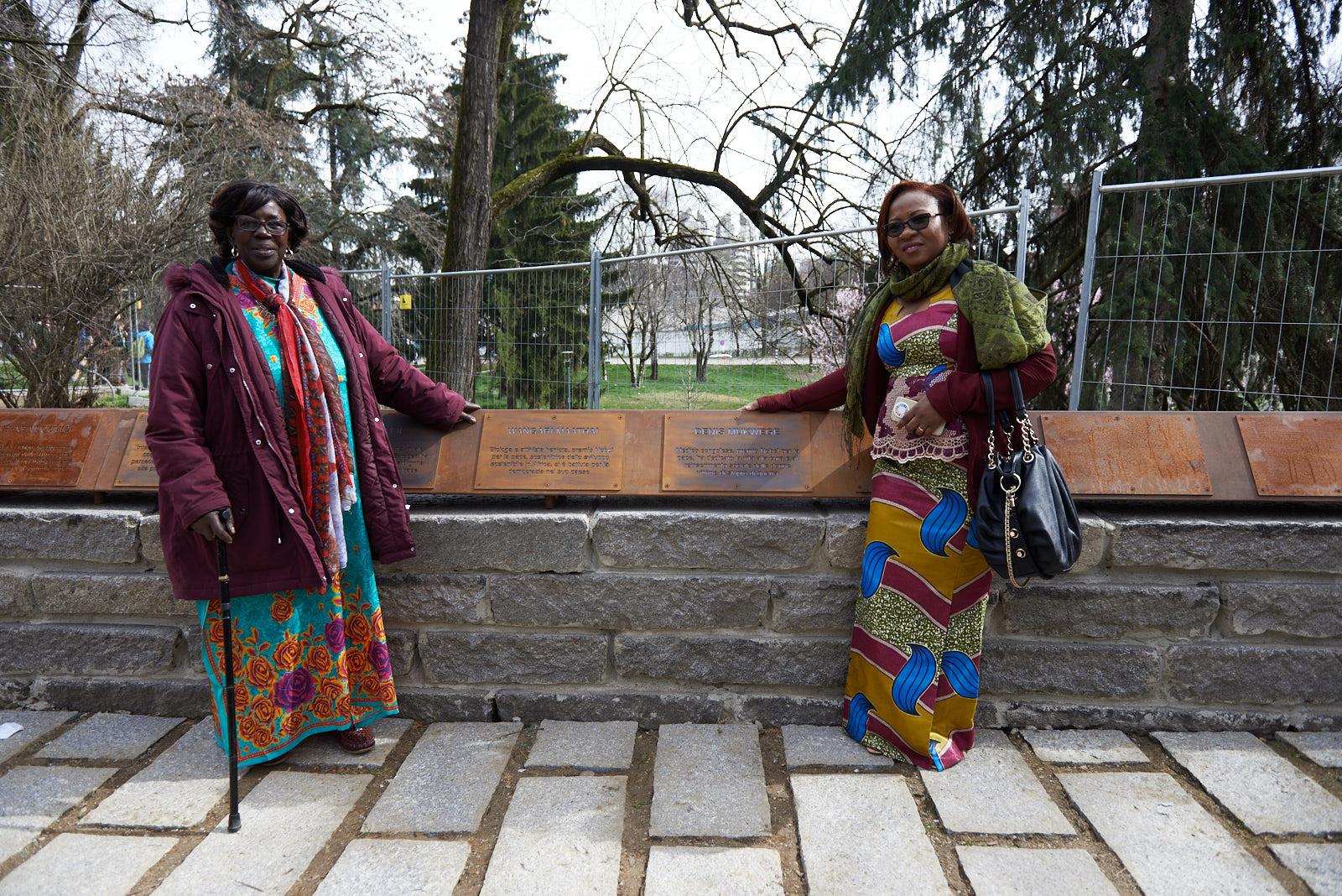 Mwatha con la targa per Maathai