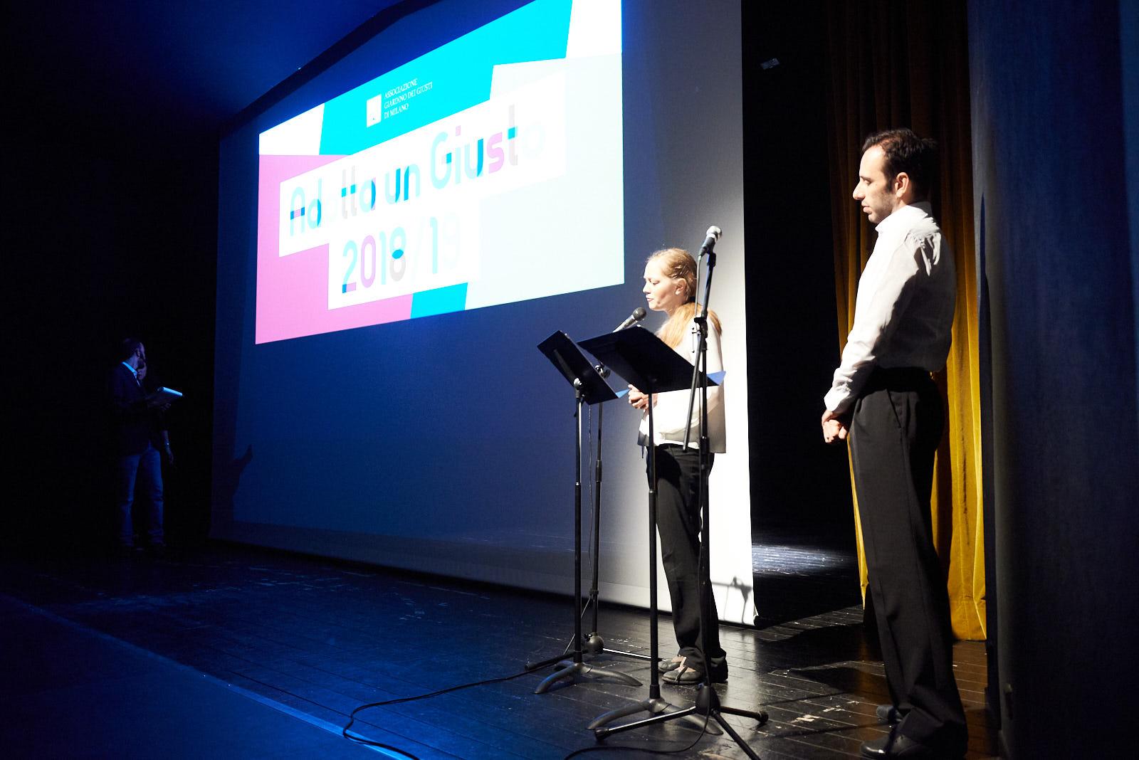 Gli attori Luca D'Addino e Veronica Franzosi leggono i testi vincitori