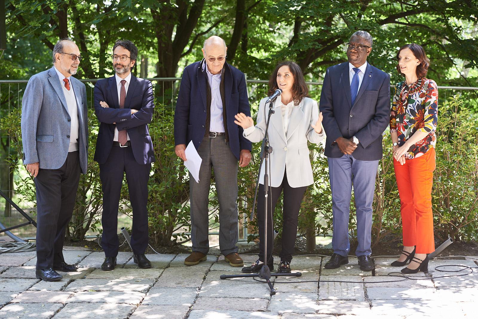 Da sinistra: Giorgio Mortara, vicepresidente UCEI, Lamberto Bertolé, presidente del Consiglio comunale di Milano, Gabriele Nissim, presidente di Gariwo,  Martina Landi, responsabile della Redazione di Gariwo, il Dr. Denis Mukwege e Anna Pozzi, giornalista