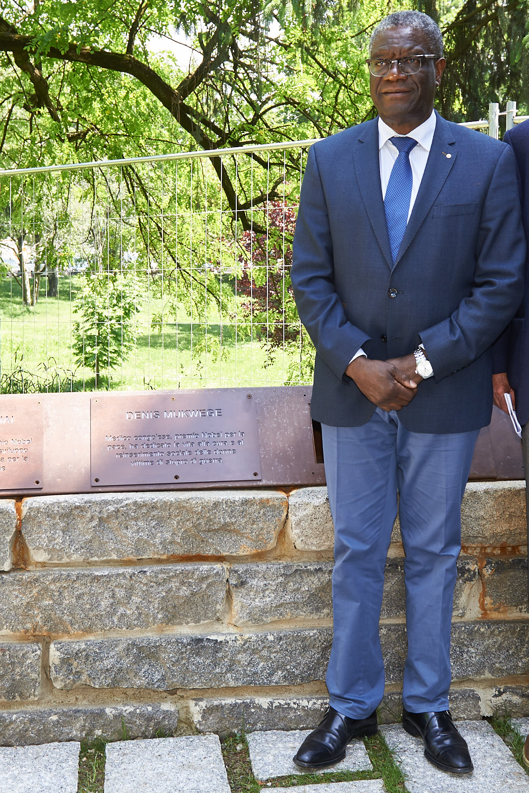 Il Dr. Mukwege con la targa a lui dedicata