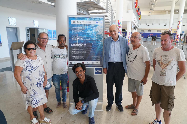 A Lampedusa per commemorare il tre ottobre 2013. Nella foto: i Giusti Costantino Baratta e Vito Fiorino, Gabriele Nissim, presidente di Gariwo, e alcuni dei ragazzi salvati dal naufragio.