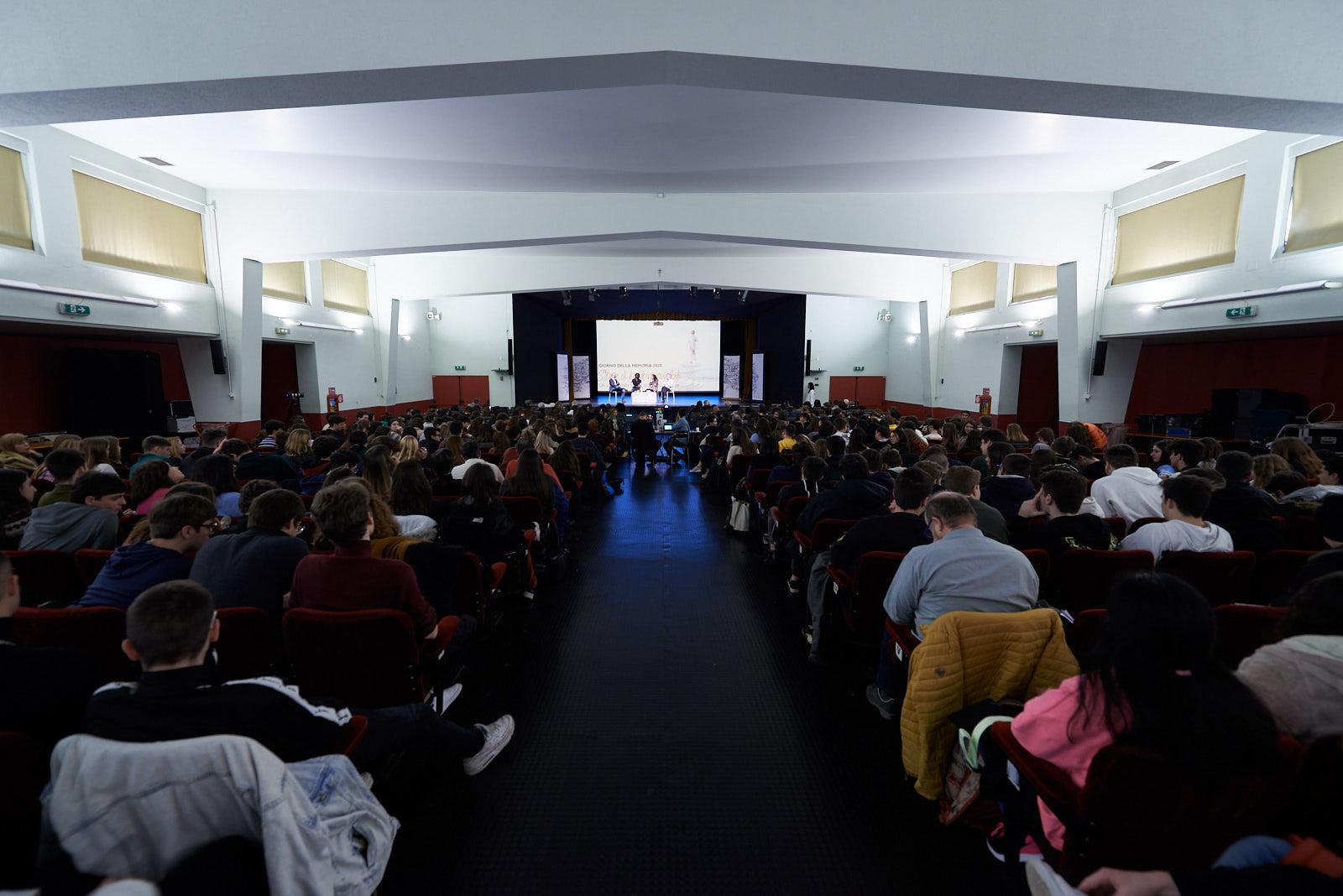 La sala del PIME con 600 studenti