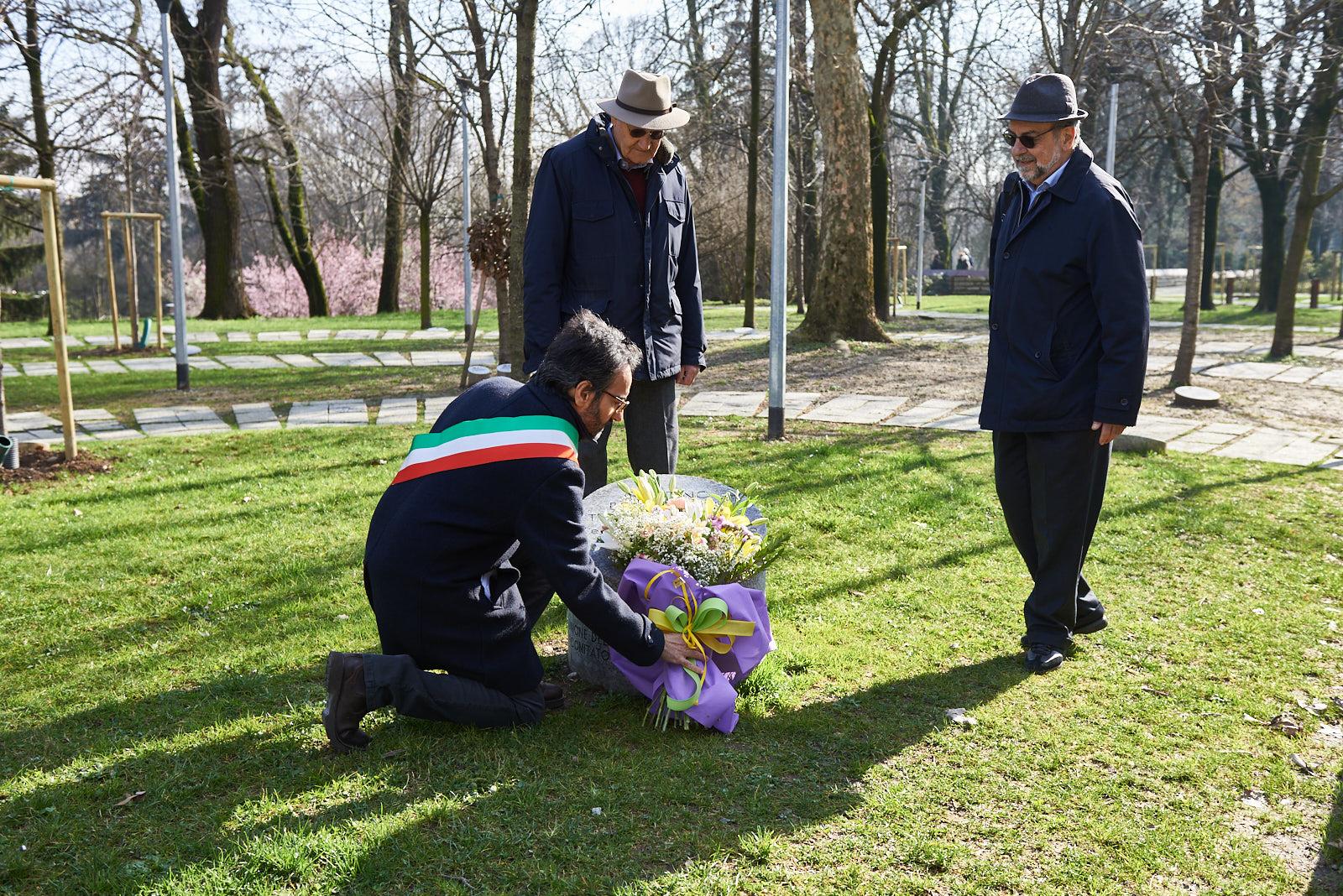 I fiori presso il cippo del Giardino dei Giusti di tutto il mondo, a ogni uomo e donna che ha scelto il bene