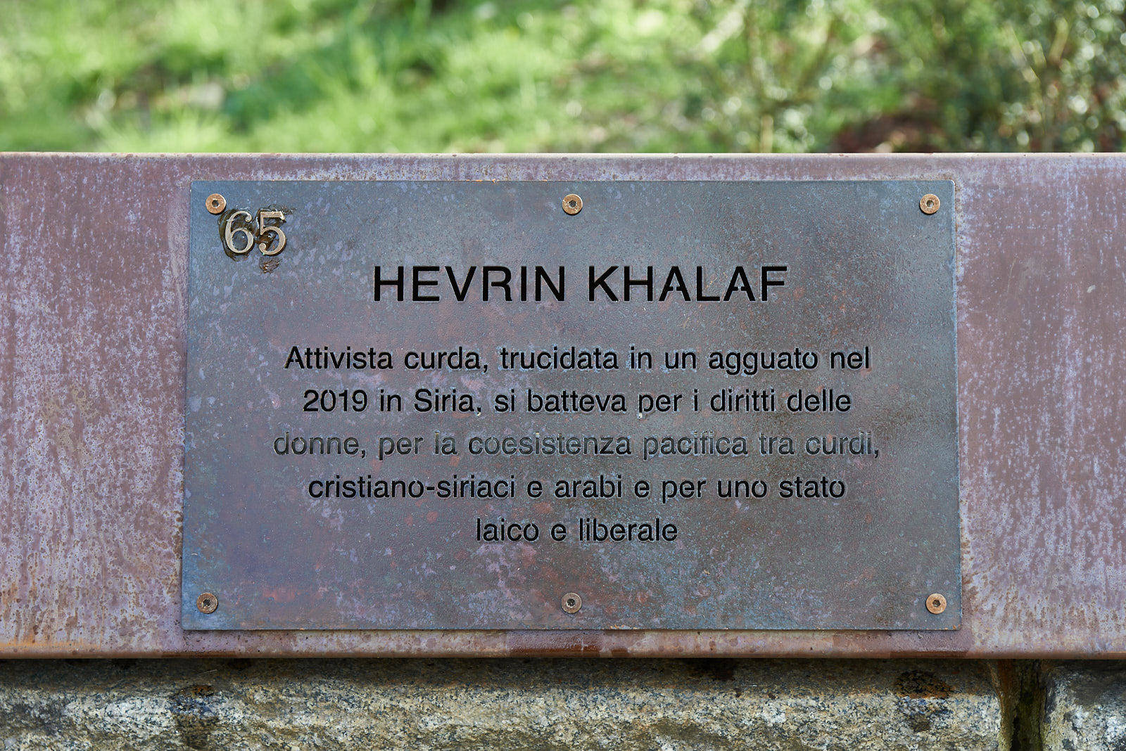Targa dedicata a Hevrin Khalaf