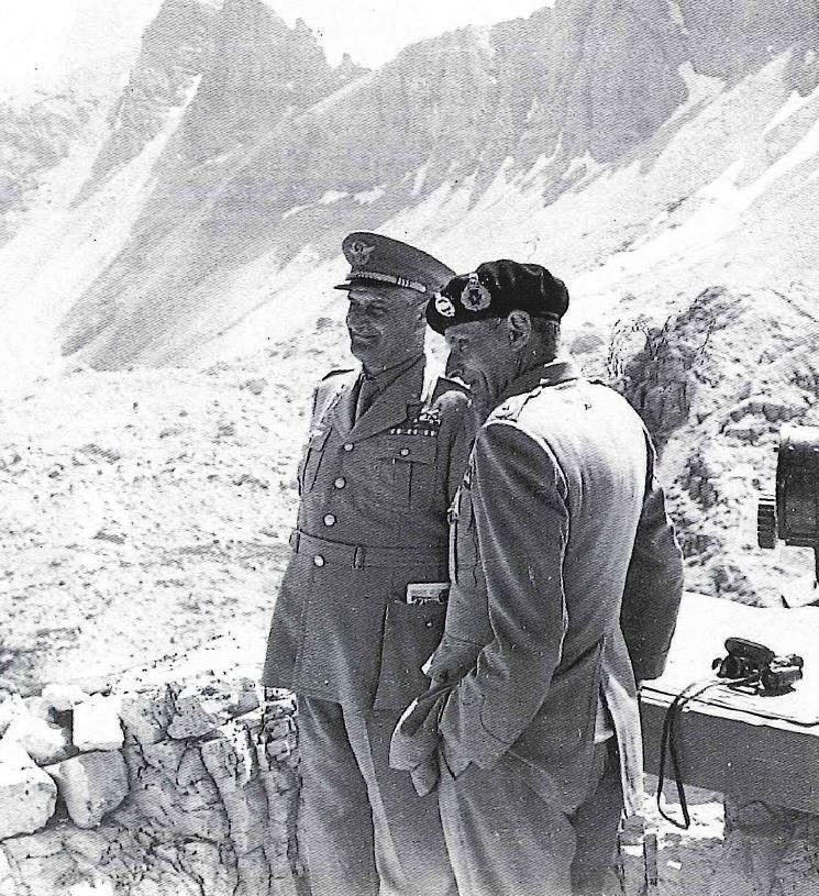Il Gen. de' Castiglioni (a sinistra) insieme al Gen. Bernard L. Montgomenry (a destra)