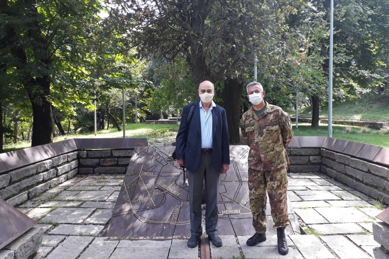 il generale Tota con Gabriele Nissim all'Albero delle Virtù