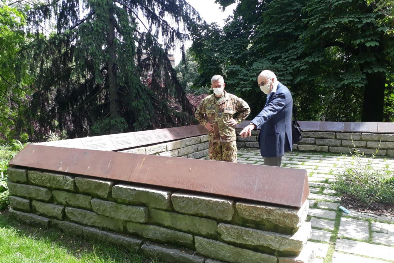 Il generale Giuseppenicola Tota, Comandante del Comando delle Forze Operative Terrestri di Supporto in Verona, con il presidente di Gariwo Gabriele Nissim