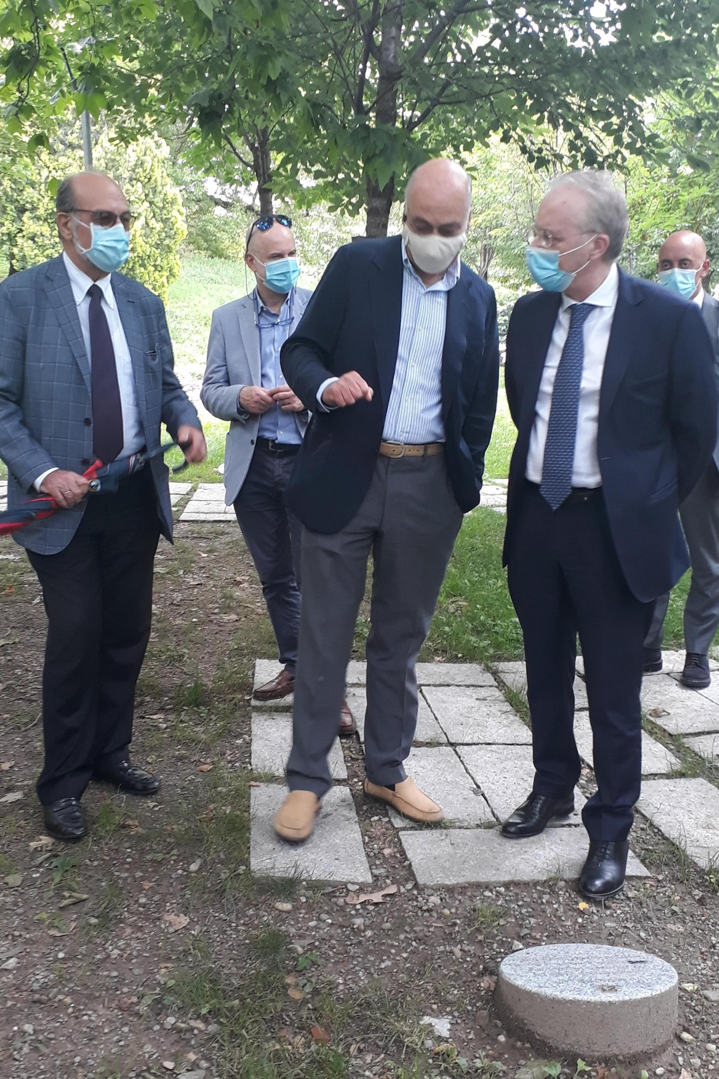 Il presidente di Gariwo, Gabriele Nissim, con Giorgio Mortara (a sinistra), Vicepresidente UCEI, e il Prefetto di Milano, Renato Saccone