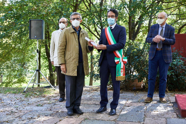 Amedeo Vigorelli, filosofo, ritira la pergamena per Piero Martinetti, onorato con una targa al Giardino di Milano