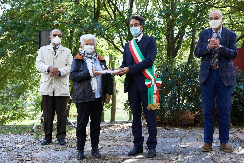 Germana Ricci ritira la pergamena per la famiglia De Regibus
