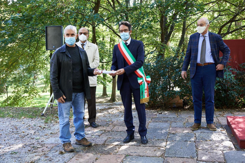 Tito Magri ritira la pergamena per Leonilde Simonazzi