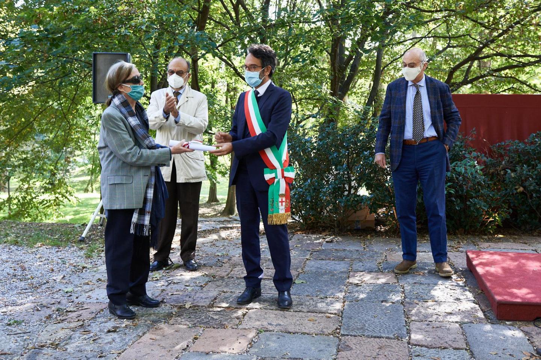 Giancarla Tagliabue ritira la pergamena per Carlo Tagliabue