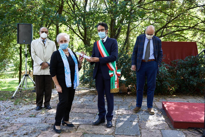 Elena Colonna ritira la pergamena per Nella Molinari e Luigi Cortile