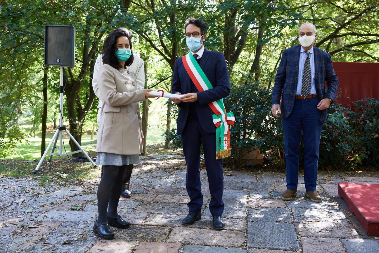 Elisa Gianni ritira la pergamena per Franco Basaglia
