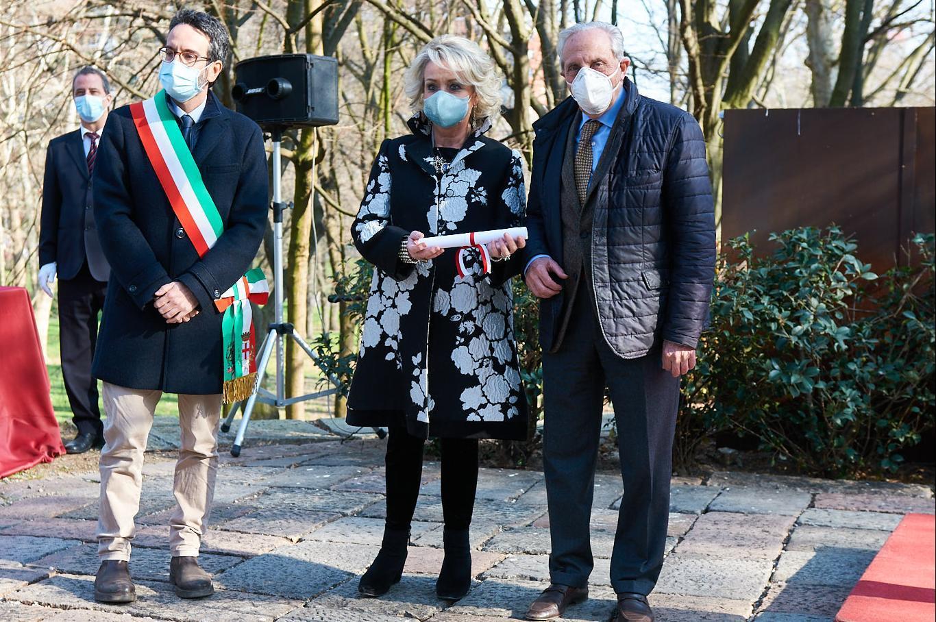 Lamberto Bertolé insieme a Mario Iavarone e Daniela Iavarone, proponenti dei Giusti Giorgio Paglia e Cicci Vandone