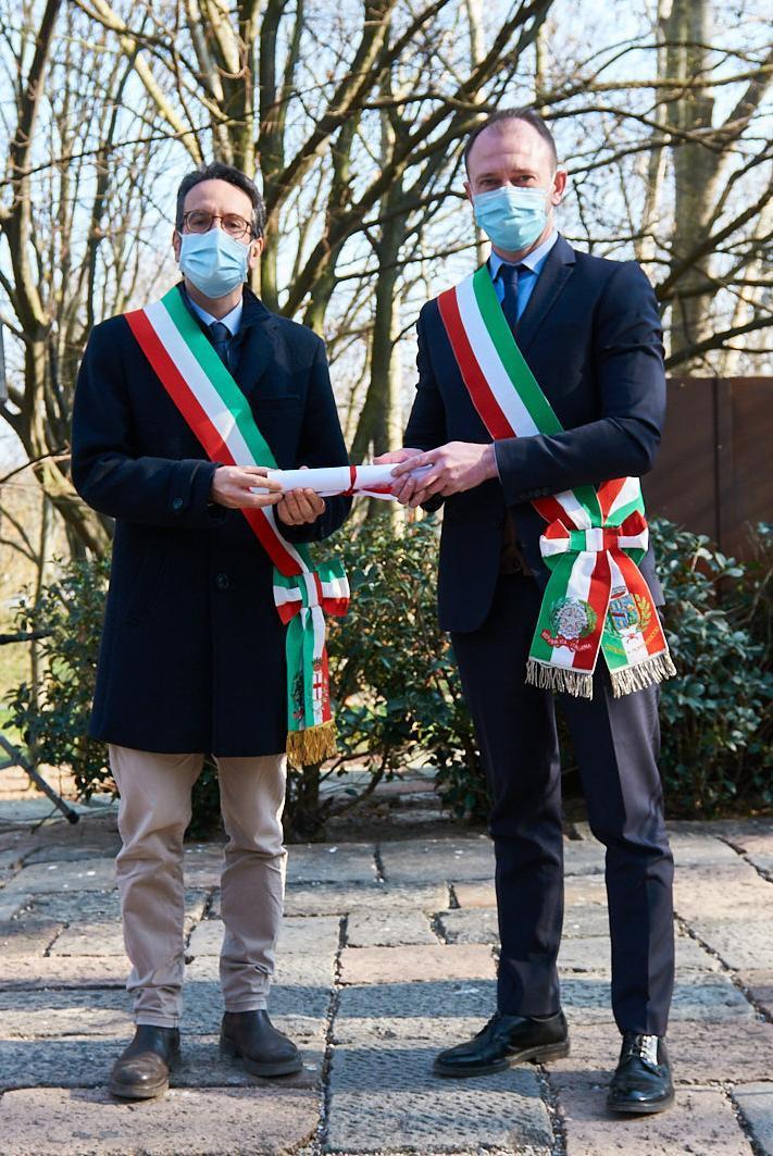 Lamberto Bertolé e Emanuele Petrucci, Sindaco di Mombaraccio, che ritira la pergamena di Erich Eder