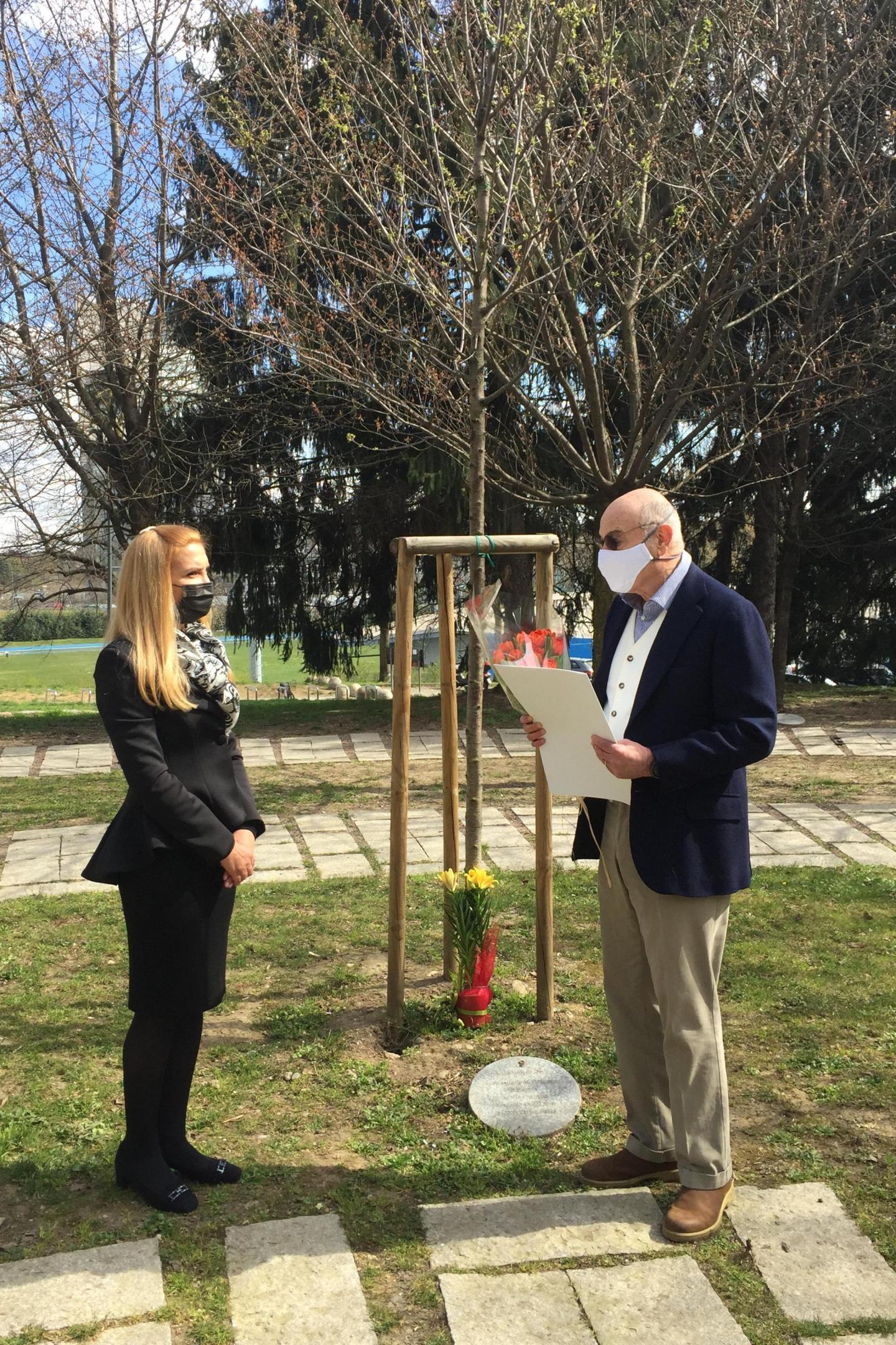 Gabriele Nissim con Tanya Dimitrova presso l'albero dedicato a Peshev