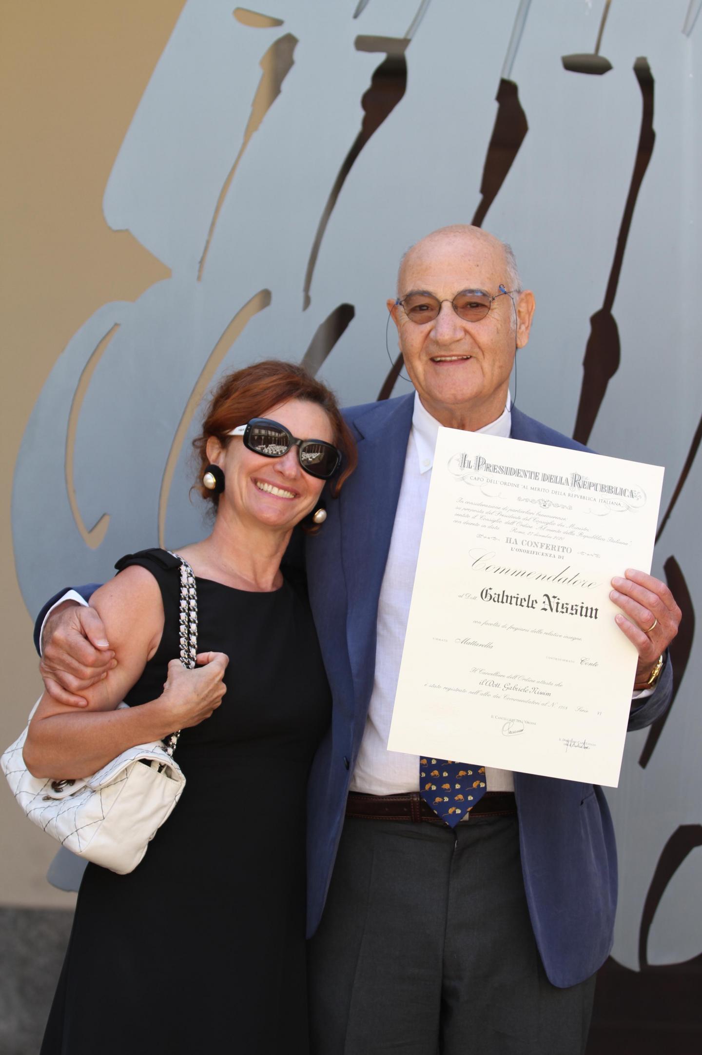 Gabriele Nissim con la moglie Santa Schinardi mostra la pergamena dell'onorificenza ricevuta
