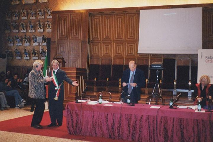 Svetlana Broz riceve il riconoscimento per il generale Jovan Divjak