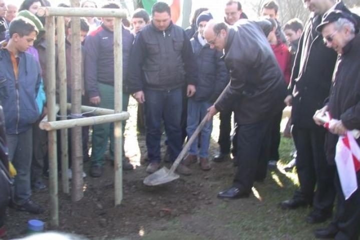 Gabriele Nissim pianta l'albero per Moshe Bejski