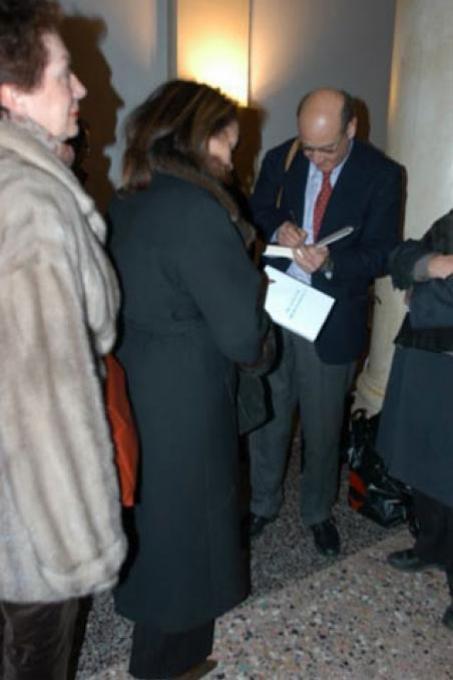 """Gabriele Nissim firma il libro """"Il Tribunale del Bene"""""""