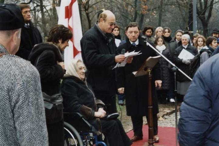 Elena Bonner, vedova Sacharov, accanto a Gabriele Nissim durante la cerimonia