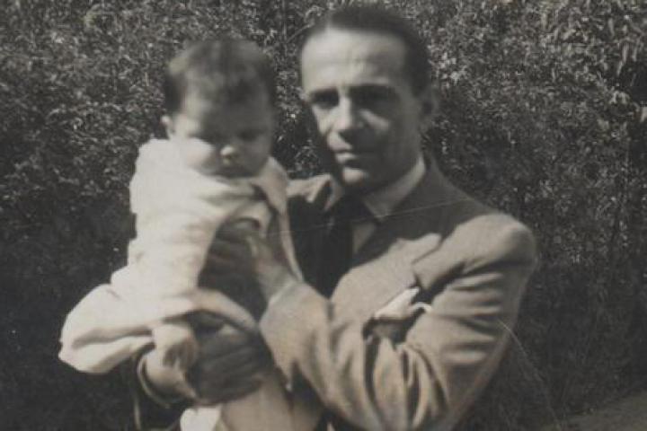 Atif Bej con Edi in braccio nel giardino della villa di Tirana