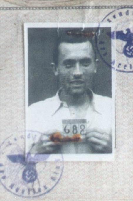 La foto con il numero dell'internamento nel campo di concentramento