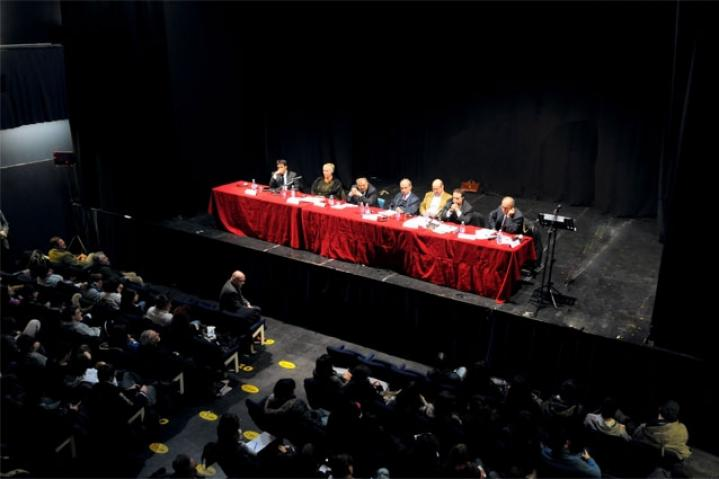 Il pubblico al teatro Derby durante la conferenza