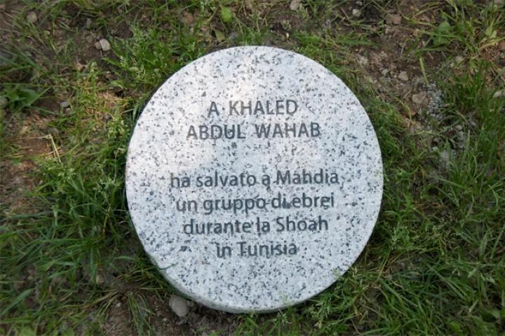 Il cippo sotto l'albero dedicato a Khaled Abdul Wahab