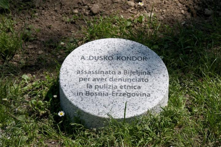 Il cippo sotto l'albero dedicato a Dusko Kondor